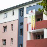 Nach der Sanierung der Wohnhäuser der Märkischen Scholle im Berliner Stadtteil Lichterfelde erinnert nichts mehr an den Zustand der Gebäude, wie er vorher war. Bild: Caparol
