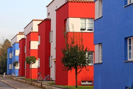 """Die beeindruckende und farbenfrohe Siedlung """"Italienischer Garten"""" von Otto Haesler ist Teil jeder Bauhaus-Architektur-Führung in Celle. Bild: CTM GmbH / Klaus Lohmann."""