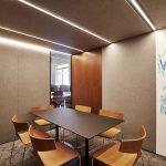 Kleiner Konferenzraum in Grau- und Brauntönen, Whiteboard auf der rechten Seite. Bild: Achim Hehn