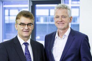 Dr. Ronald Rast (links) und Dr. Hannes Zapf (rechts) kritisieren, dass von den Empfehlungen des Bündnisses für bezahlbaren Wohnraum bislang keine einzige bedarfsgerecht umgesetzt wurde. Bild: Christoph Große/DGfM