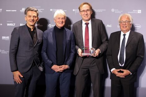 Martin Haas, DGNB Vizepräsident; Christoph Ingenhoven, Architekt Rathaus Freiburg; Martin Haag, Baubürgermeister Freiburg; Prof. Alexander Rudolphi, DGNB Präsident. Bild: DGNB