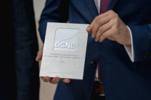 Plakette für nachhaltig betriebene Bürogebäude. Bild: DGNB
