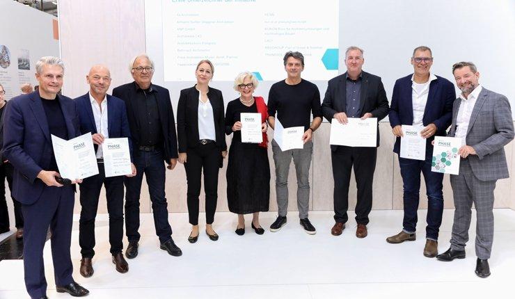"""Die ersten Unterzeichner der Initiative """"Phase Nachhaltigkeit"""" auf der Expo Real 2019. Bild: DGNB"""