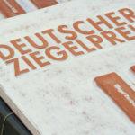 Keramikplakette für den Deutschen Ziegel-Preis. Bild: Ziegel Zentrum Süd e.V./ G. Kürzinger