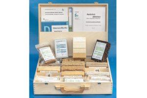 Der Dämmstoff-Koffer »Natürlich dämmen«enthält 18 verschiedene Dämmstoffmuster: sechs mineralische Dämmstoffe und zwölf Dämmstoffe aus nachwachsenden Rohstoffen. Bild: Carsten Frömchen