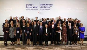 Erklärung von Davos zur Baukultur - Teilnehmer der informellen Kulturministerkonferenz mit dem Schweizer Bundespräsidenten Alain Berset und WEF-Gastgeber Hilde und Klaus Schwab (Mitte). Bild: Ruben Sprich