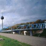 Fußgängerbrücke im Medienpark in Köln. Bild: Harald Oppermann