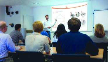 Das Brandschutz-Seminar vermittelt mehr Sicherheit im Umgang mit brandschutztechnischen Abschottungen. Bild: Kessel/Doyma
