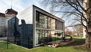 Das Effizienzhaus Plus wurde 2011 von Werner Sobek Engineering & Design errichtet. Bild: ZEBAU