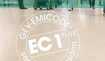 Emicode ist ein Prüfzeichen für Umwelt- und Innenraumhygiene, mit dem besonders emissionsarme Verlegewerkstoffe und Bauprodukte ausgezeichnet werden. Bild: GEV