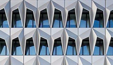 Das instandgesetzte und erweiterte Hochhaus C10 der Hochschule Darmstadt von Staab Architekten wurde 2013 mit dem Deutschen Fassadenpreis für vorgehängte hinterlüftete Fassaden ausgezeichnet. Bild: Werner Huthmacher