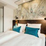 Die Zimmer sind im Sinne der Budget-Hotellerie bewusst klein gehalten und setzen das Design der öffentlichen Bereiche sparsamer fort. Hier zum Beispiel mit Tapeten nach Grafiken des Freiburger Illustrators Tillmann Waldvogel. Bild: Motel One
