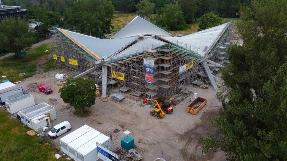 Hyparschale in Magdeburg bei Sanierungsarbeiten mit Carbonbeton.