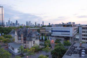 Die Ergebnisse eines Forschungsprojekts an der Frankfurt UAS zeigen, dass bestimmte Fassaden Lärm im Stadtraum deutlich mindern können.. Bild: Kevin Rupp / Frankfurt UAS