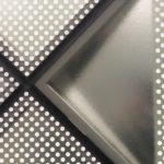 Das lichtstreuende Gussglas und die spiegelnden Reflexe von gefalteten Edelstahl-Reflektoren erzeugen ein vielfältiges Lichtspiel. Bild: Andreas Bittis / Saint-Gobain Glass