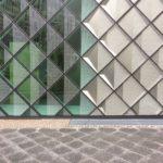 Die Fassade des Futuriums besteht aus mehreren Tausend rautenförmig angeordneten Kassettenelementen mit Metallreflektoren und keramisch bedrucktem Gussglas. Bild: Andreas Bittis / Saint-Gobain Glass