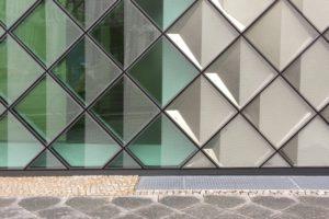 Futurium in Berlin: Die Fassade besteht aus mehreren Tausend rautenförmig angeordneten Kassettenelementen mit Metallreflektoren und keramisch bedrucktem Gussglas. Bild: Andreas Bittis / Saint-Gobain Glass