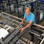 Im Geberit Produktionswerk im Sächsischen Lichtenstein werden Sanitärsysteme und Schachtsysteme industriell vorgefertigt. Bild: Geberit / Bert Harzer