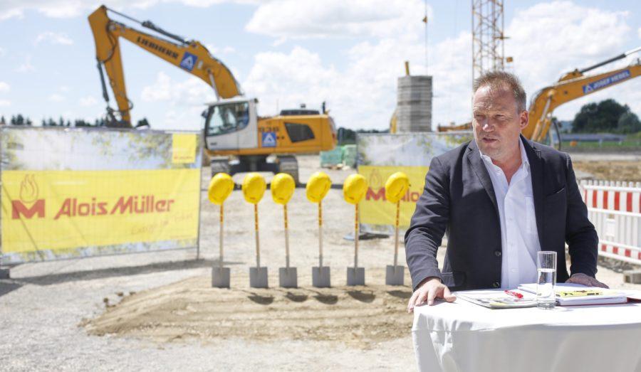 Andreas Müller, Geschäftsführer der Alois Müller Gruppe, beim Spatenstich der Green Factory 2.0. Bild: Sabrina Deininger/Alois Müller