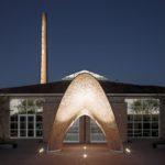 """Der Klinkerpavillon ist das neue Wahrzeichen vor dem Ausstellungszentrum des Hagemeister Ziegelwerks. Mit einer Verbindung aus Ziegel, Carbontextil sowie Betonmörtel konnte eine tragfähige """"Schale"""" mit einer weiten Auskragung realisiert werden. Bild: Karl Banski"""