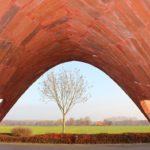 Die Form der Ziegelschale verjüngt sich zum Ausstellungszentrum und öffnet sich zur umliegenden Landschaft. So wird der Charakter eines symbolischen Portals erzeugt. Bild: Hagemeister GmbH und Co. KG