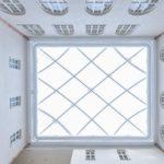 Blick nach oben zur Tageslichtdecke: Helles Quadrat.