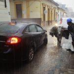 Straßenszene mit Auto und Esel in Bogota