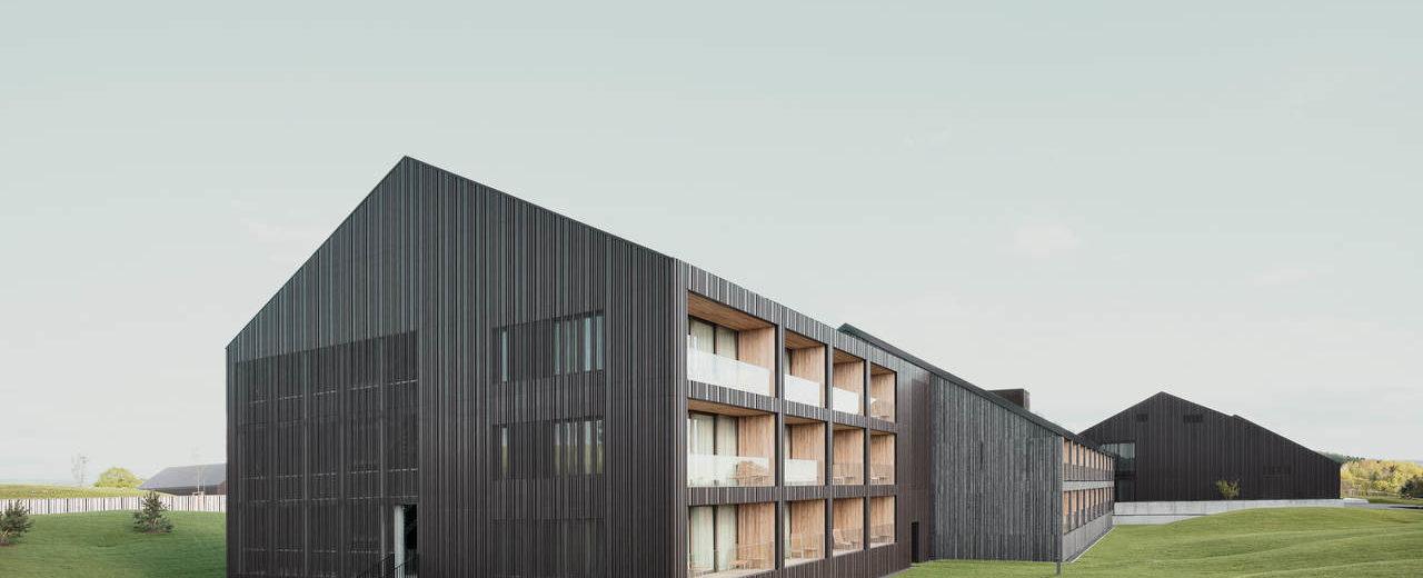 Hotel Öschberghof mit Fassaden aus gekanteten Blechen