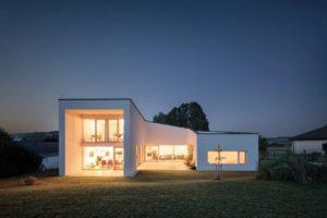 Wohnhaus am Abend von Juri Troy Architects - Gewinner beim Internorm-Architekturwettbewerb
