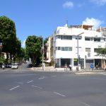 Kreuzung mit Gebäude im Bauhaus-Stil in Tel Aviv. Bild: Shaina Gluckman