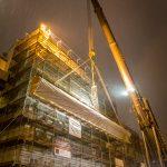 Verpackung und Abtransport eines Fassadenteils. Durch diese diffusionsoffene Spezialverpackung wird das Mauerwerk, der Putz und Stuck geschützt. Bild: Bauplan Nord GmbH & Co KG