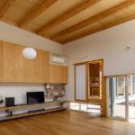 Wohnbereich in einem Haus in Japan von Unemori Architects