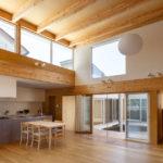 Wohn-Ess-Bereich eines Hauses in Japan mit Holz und großen Fenstern
