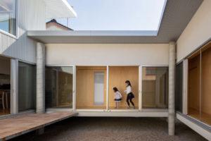 Haus auf Stelzen im japanischen Takaoka von Unemori Architects