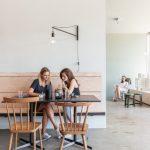 Der atmosphärisch entspannte Raum eignet sich für kleine Gesprächsrunden genauso wie für große Essen, Vorträge oder Feste. Bild: tschinkersten / AllesWirdGut