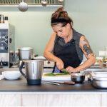 Elfi Hochleitner ist eine Küchenchefin mit Herz und Verstand, die Erfahrungen aus der Spitzengastronomie ebenso mitbringt wie organisatorisches Talent. Bild: tschinkersten / AllesWirdGut