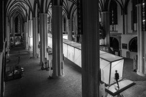 Die Berliner Künstlerin Mia Florentine Weiss das Hauptschiff des Museums Nikolaikirche in einen universellen Kreuzweg transformiert. Bild: Robert Skazel