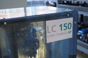 Am Fraunhofer ISE entwickelte leistungsfähige Wärmepumpe mit dem klimafreundlichen Kältemittel Propan für eine Aufstellung innerhalb des Hauses. Bild: Fraunhofer ISE