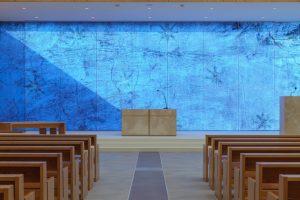 Bei der Gestaltung der Innenräume einer neu gebauten Kirche in Viareggio von TAM Associati Architekten kam Lapitec zum Einsatz.