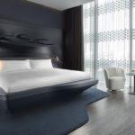 Hotelzimmer mit großem Bett im Luxus-Hotel ME Dubai von Zaha Hadid