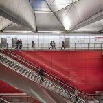 Die rot glasierten Longoton Keramikplatten im Format 343 x 2.847 Millimeter schmücken die drei Umstiegsbahnhöfe Kopenhagen Hauptbahnhof, Østerport und Nørrebro. Mithilfe des Moeding Rapid-Systems lassen sich Platten unkompliziert einhängen und bei Bedarf auch demontieren. Planer: Arup. Bild: Anke Müllerklein