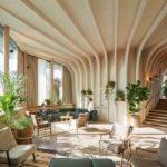Innenraum eines Pavillons mit Holzfinnen