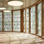 Lichtdurchfluteter Innenraum der Stadtbibliothek Dornbirn