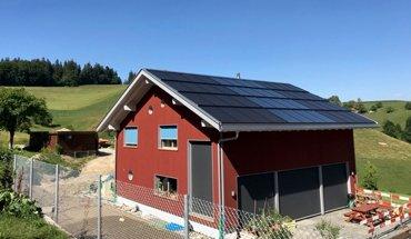 Energieautark: Ein Neubau in der Schweizer Gemeinde Vechigen verzichtet auf einen Anschluss an das öffentliche Stromnetz und versorgt sich selbst mit Solarthermie, Photovoltaik und Stromspeicher. Bild: Powerball-Systems AG