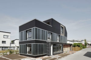 Recyclinghaus mit Fassade aus Faserzementplatten