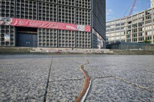 Mahnmal zur Erinnerung an die Opfer des Terroranschlags vom Berliner Breitscheidplatz. Riss im oben mit Betonstufen. Bild: OPTERRA/Sven-Erik Tornow