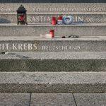 """Die Buchstaben sollten aus den neugefertigten """"alten"""" Stufen in Analogie zu dem erschütternden Ereignis herauswachsen. Sie wurden deshalb auch aus Beton hergestellt. Bild: OPTERRA/Sven-Erik Tornow"""
