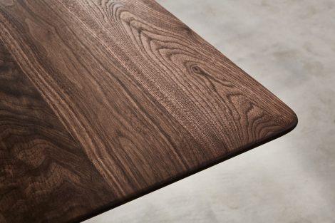 Tisch aus der Möbelkollekton OVO.