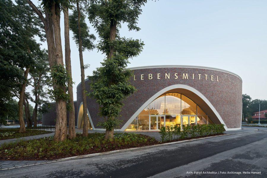 Hauptbogen eines Supermarkts. Bild: neun grad architektur / archimage / Meike Hansen