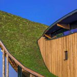 Das Projekt verfügt über mehrere Steildächer mit einer Dachneigung von bis zu 52°. Bild: Optigrün
